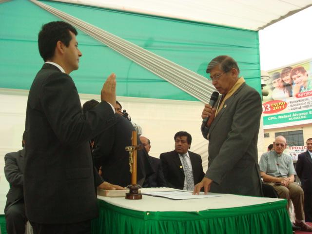 Alcalde Rafael Alvarez toma Juramento al Primer Regidor