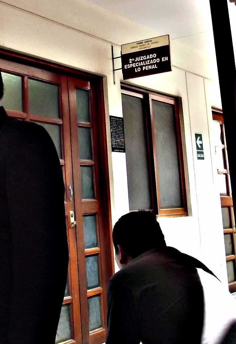"""2do Juzgado en lo penal de carabayllo, donde sentenciaron al anciano Chávez y a su familia por una denuncia de INGEMEDIOS. El Juez no permitio filmar el acto de sentencia y dos Policias nos obligaron a salir pese a identificarnos como PRENSA y solicitar autorización al JEZ quien a traves de su secretaria nos dijo que podiamos permanecer en la sala pero que """"no pdiamos filmar ni grabar"""" ¿Porque? ¿Que quizo ocultar? ¿ Su notorio nerviosismo al leer la sentencia?  ¿La """"justicia"""" de la injusticia en CARABAYLLO?"""