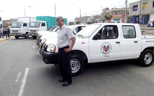 Alcalde Alvarez al lado de los vehículos adquiridos.